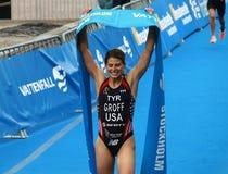 Sarah Groff är lycklig, når han har segrat triathlonkonkurrensen fotografering för bildbyråer