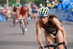 Sarah Groff, completando un ciclo en el evento del triathlon Imágenes de archivo libres de regalías