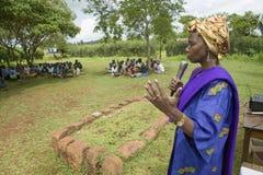 Sarah Kilemi, épouse de membre Kilemi Mwiria du Parlement, parle aux femmes sans femmes de maris qui ont été bannies du societ Images libres de droits