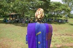 Sarah Kilemi, épouse de membre Kilemi Mwiria du Parlement, parle aux femmes sans femmes de maris qui ont été bannies du societ Photographie stock