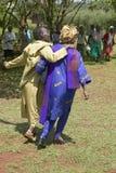 Sarah Kilemi, épouse de membre Kilemi Mwiria du Parlement, parle aux femmes sans femmes de maris qui ont été bannies du societ Images stock