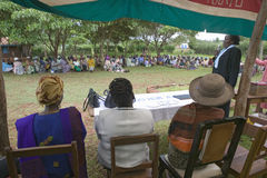 Sarah Kilemi, épouse de membre Kilemi Mwiria du Parlement, parle aux femmes sans femmes de maris qui ont été bannies du societ Image libre de droits