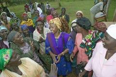 Sarah Kilemi, Frau des Parlamentsmitgliedes Kilemi Mwiria, spricht mit Frauen ohne Ehemannfrauen, die vom societ verbannt worden  Lizenzfreie Stockfotos