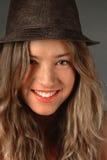 Sarah mit einem Lächeln und einem Hut stockbild