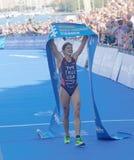 Sarah True är lycklig, når han har segrat triathlonkonkurrensen Arkivfoto