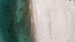 Пустой пляж Верхний спуск, вид с воздуха Трутень вращает акции видеоматериалы