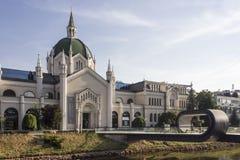 Sarajevo akademi av konster som bygger med dess moderna bro Arkivfoto