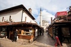 SARAJEVO, BÓSNIA E HERZEGOVINA: Mostra de observação da senhora idosa da ourivesaria perto da mesquita velha Fotografia de Stock