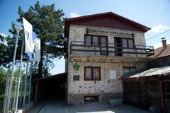 Sarajevo Bośnia, Lipiec, - 7, 2016: Dom przez którego łączył miasto z innymi częściami podczas oblężenia S Sarajevo tunel Zdjęcie Royalty Free