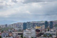 SARAJEVO, BOSNIË - HERZEGOVINA - APRIL 17, 2017: Beeld van het nieuwere die deel van Sarajevo van een opgeheven standpunt wordt g Stock Afbeeldingen