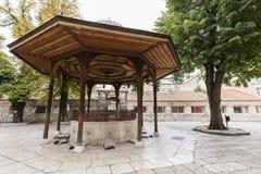 Sarajevo, Bosnië - Herzegovina, 16 Juli 2017: De fontein in de binnenplaats van Gazi husrev-bedelt Moskee Stock Foto's