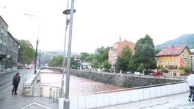 SARAJEVO, BOSNIË - MAART 2014: De straathoek die de 20ste eeuw, monument van plaats waarvan de erfgenaam aan Austr begon stock videobeelden