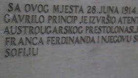 SARAJEVO, BOSNIË - MAART 2014: Monument van plaats waar een mens de erfgenaam aan de Austro-Hungarian troon vermoordde Dit was ee stock footage