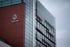 SARAJEVO, BOSNIA Y HERCEGOVINA - 17 DE ABRIL DE 2017: Logotipo del canal de televisión Al Jazeera Balkans en sus jefaturas para B Foto de archivo