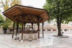 Sarajevo, Bosnie-Herzégovine, le 16 juillet 2017 : La fontaine dans la cour de Gazi Husrev-prient la mosquée Photos stock
