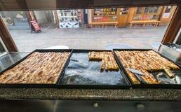 SARAJEVO, BOSNIEN - 27. JANUAR 2018: Berühmtes bosnisches Gebäck borek bourek mit Spinat, chease und Hackfleisch in einem bourek Stockfotografie
