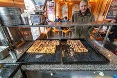 SARAJEVO, BOSNIEN - 27. JANUAR 2018: Berühmtes bosnisches Gebäck borek bourek mit Spinat, chease und Hackfleisch in einem bourek Stockfotos