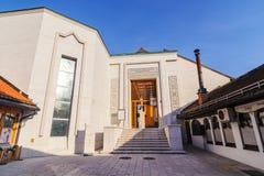 SARAJEVO BOSNIEN - JANUARI 26, 2018: Ingång av Gazi Husrev Begova Biblioteka, ett historiskt arkivmuseum Området Arkivfoto