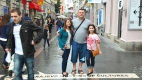 SARAJEVO BOSNIEN - MARS 2014: Lokaler som framme poserar av det sarajevo för ½ för ¿ för ï för gatatecken mötet av culturesï¿ ½ p lager videofilmer