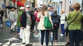 SARAJEVO BOSNIEN - MARS 2014: Lokaler som framme poserar av det sarajevo för ½ för ¿ för ï för gatatecken mötet av culturesï¿ ½ p arkivfilmer