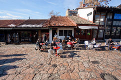 SARAJEVO BOSNIEN OCH HERCEGOVINA: Turister i kafé Arkivfoton