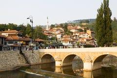 Sarajevo cityscape med den Miljacka floden och en bro Arkivbilder