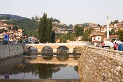 Sarajevo cityscape med den Miljacka floden och en bro Royaltyfri Bild