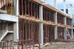 Sarajevo, Europa 09 02 2018, construindo na construção com os polos do aço do reforço Imagens de Stock