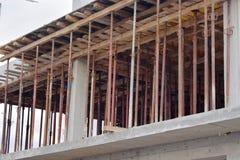 Sarajevo, Europa 09 02 2018, construindo na construção com os polos do aço do reforço Imagem de Stock Royalty Free
