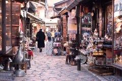 Sarajevo Europa 09 02 2018 shoppar fot- område för det gamla centret med litet Arkivfoto