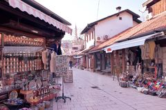 Sarajevo, Europa 09 02 2018, vecchia area pedonale del centro urbano con i piccoli negozi Fotografia Stock Libera da Diritti