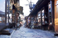 Sarajevo, Europa 09 02 2018, vecchia area pedonale del centro urbano con i piccoli negozi Fotografie Stock