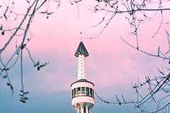 Sarajevo, Europa 09 02 2018, wizerunek biały meczetowy minaret przeciw zmierzchu niebu Zdjęcie Stock