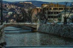 Sarajevo flod i staden royaltyfri bild