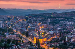 Sarajevo solnedgångpanoramautsikt arkivfoto