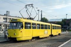 Sarajevo spårvagn, Tatra K2 serie, väntande på avvikelse i förorten av Sarajevo, nära drevstationen Royaltyfri Bild