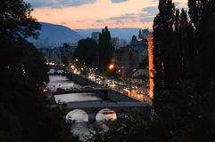 Sarajevo-Stadt an der Dämmerung Stockbilder