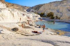 Sarakiniko com povos, Melos, Grécia Imagens de Stock