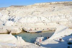 Sarakiniko com povos, Melos, Grécia Imagem de Stock Royalty Free