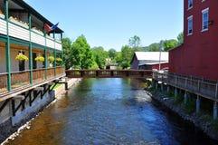 Saranac-Fluss im Dorf von Saranac See, New York Lizenzfreie Stockbilder