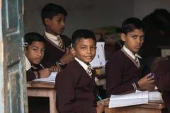 SARANATH INDIA-DECEMBER 03, 2012 : De oidentifierade indiska studenterna på grupprummet i den thailändska Saranath skolan på Dece Fotografering för Bildbyråer