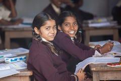 SARANATH INDIA-DECEMBER 03, 2012 : De oidentifierade indiska studenterna på grupprummet i den thailändska Saranath skolan på Dece Arkivbild