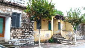 Saranda,阿尔巴尼亚,古老大厦门面传统建筑学  免版税库存图片