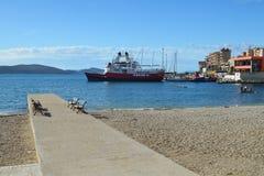 Saranda, Albânia - 5 de outubro, 20116: A praia e o porto de Sarande no fim da temporada de verão Fotografia de Stock Royalty Free
