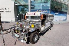 Sarao开汽车从卡塔尔航空的jeepney汽车 免版税图库摄影
