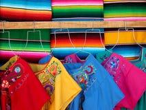 Sarapes y vestidos de las lanas Fotografía de archivo