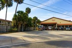 Sarasota, EUA - 7 de maio de 2018: Carro de bombeiros vermelho que está na garagem do departamento Imagens de Stock Royalty Free