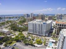 Sarasota, FL im Stadtzentrum gelegen in Richtung zur Bucht stockbilder