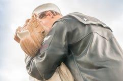 SARASOTA FL - JANUARI 13: Statyn betitlade ovillkorliga Surrende Fotografering för Bildbyråer