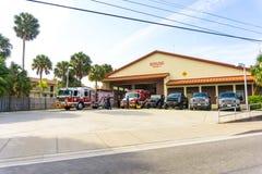 Sarasota, U.S.A. - 7 maggio 2018: Camion dei vigili del fuoco rosso che sta nel garage di dipartimento fotografia stock